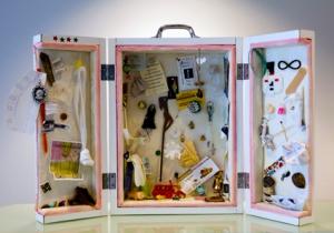 No sacred place. objetos portátiles. Caja de madera y fornica. Acolchado de tela, alfileres y objetos. 40 x 30 x 15 cm. 2012